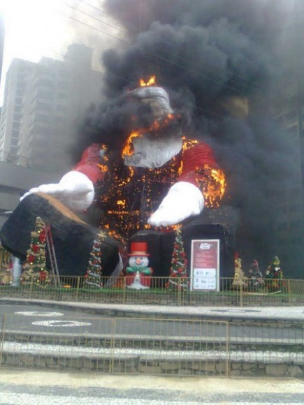 50foot_santa_accident_brazil04