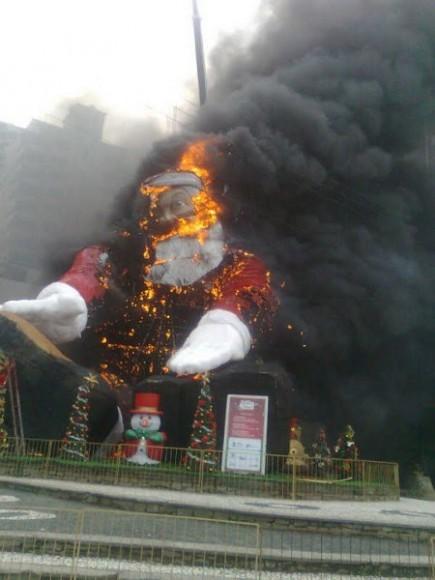 50foot_santa_accident_brazil05