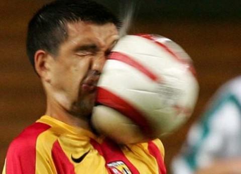 痛てて…ボールが顔面に直撃した...