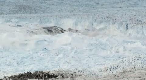 largest-iceberg-break-up03