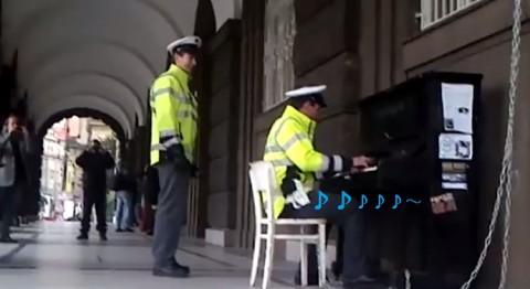 prague-piano-police02