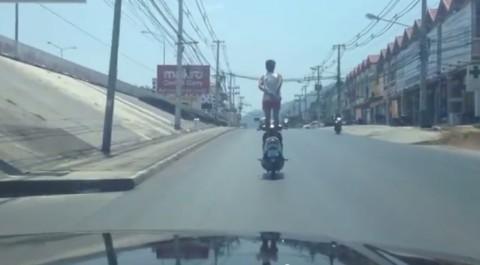 motorcycle-standing-man02