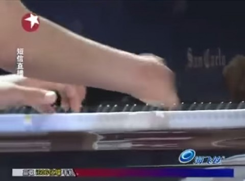 woman-without-fingers-plays-piano02
