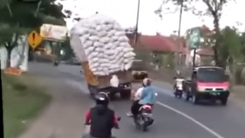 overloaded-truck-accident02