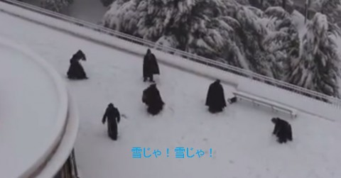 monks-snowball-fight02