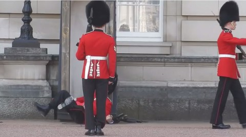 buckingham-palace-guard02