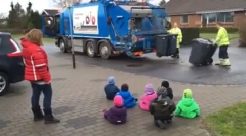 denmark-children-watch-garbage-work02