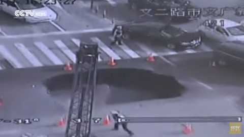 chinese-drivers-escape-road-collapse01