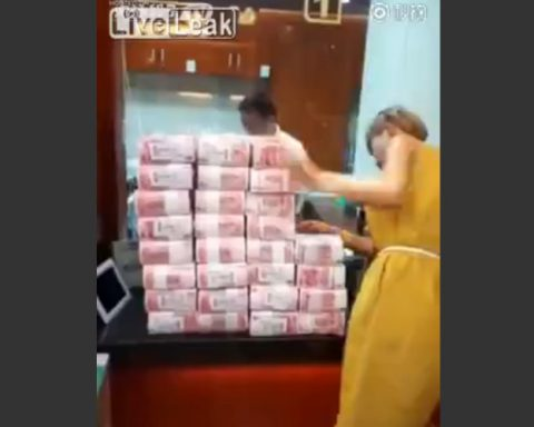 woman-withdraws-8million-yuan-of-cash02