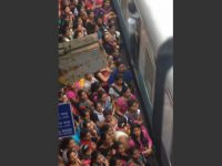 how-people-board-a-train-in-india01