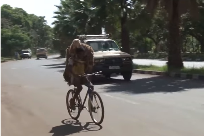 ethiopian-shepard-carries-two-sheep-on-bicyle01
