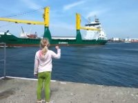 girl-gets-scared-of-the-boat01