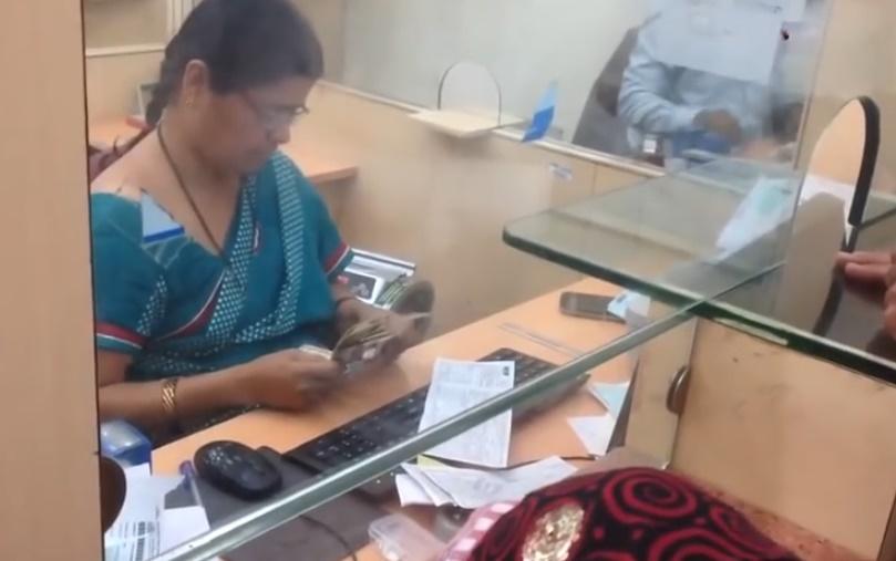 indian-bank-cashier-respect01